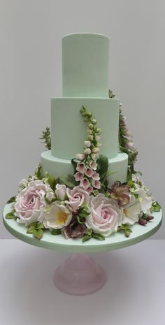 a green cake Beautiful Wedding Cakes, Gorgeous Cakes, Pretty Cakes, Amazing Cakes, Bolo Floral, Floral Cake, Bolo Nacked, Torta Angel, Super Torte