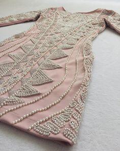 O Dress Katherine é feito com tecido e pedras importadas, todo bordado à mão. O tecido contém elastano, que se adequa perfeitamente bem ao corpo.