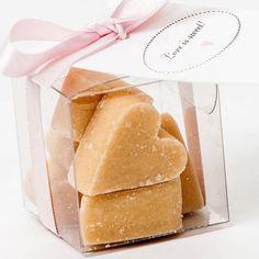 80181d74475 Amoooooo lembrancinhas comestíveis Que tal cubinhos de doce de leite em uma  caixinha transparente  Seus