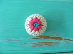 Tutorial for door knob covers, would work for cupboard drawer knobs as well. Brilliant and easy idea to bring some color in!