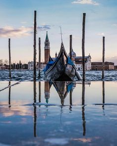 Gondola a Bacino San Marco, Venezia Places In Europe, Places To Go, Gondola, Earth City, Cities, Kirchen, Italy Travel, Cool Photos, Scenery
