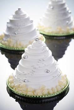 東京マリオットホテルのクリスマスケーキ&ブレッド、とろける球体のチョコレートケーキなど