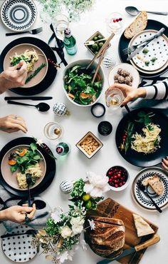 ギャザリングにはきっちりしたテーブルセッティングは必要ありません。ゲストが気兼ねなく楽しめるようカジュアルな雰囲気を演出するのがおすすめです。