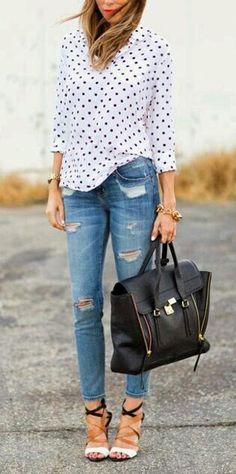 Jeans a buchi...maglietta con pallini neri e borsa di pelle