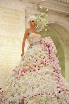This floral gown by Preston Bailey is sure to make an impression. Made from over white calla lillies, hydrangea, eskimo roses and gardenia and featured at The Knot Gala in New York. An absolute stunning work of bridal fashion art. Beauty And Fashion, Fashion Art, Preston Bailey, Manequin, Floral Gown, Lesage, Floral Fashion, Look At You, Flower Dresses