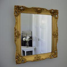 Spegel med vacker förgylld ram