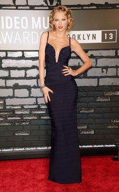 Taylor Swift, vestido bandage azul marinho longo