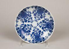 染付唐花菊文皿 <br/>Dish with Stylized Chrysanthemum Scrolls