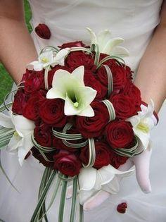 bouquet rond de roses rouges et blanches + perles , Voir en grand