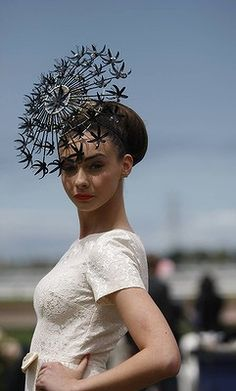 High fashion at the Crown Oaks Day race meet. Silly Hats, Fancy Hats, Cool Hats, Crazy Hats, Race Day Fashion, Races Fashion, Race Day Hair, Fascinator Hats, Fascinators