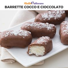 Le BARRETTE COCCO E CIOCCOLATO sono una merenda davvero golosa! Il guscio di cioccolato al latte racchiude un cuore morbido di cocco e latte condensato! Guarda il video e scopri come si preparano. [Chocolate and Coconut bars] Sweets Recipes, Candy Recipes, Cookie Recipes, Yummy Snacks, Yummy Food, Chocolate Desserts, Chocolate Bars, Chocolate Videos, Cookies Et Biscuits