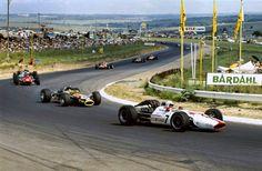 John Surtees (Honda RA300) devant Graham Hill (Lotus-Ford 49) & Chris Amon…