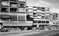Amstelveen - Een lange winkelgalerij met een variëteit aan winkels. Ondermeer: Kapsalon Michel, Juwelier Strego, de Gruyter, V&D en Capi Lux. Makkelijk bereikbaar omdat de bus voor de winkels stopte en iedereen vrij parkeren had op Plein 1960, dat er tegenover lag.