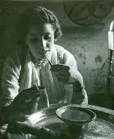 Une femme marocaine se maquillant en 1936