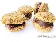 Fursecuri de casa cu nuca umplute cu crema de ciocolata. Yummy Cookies, Dessert Recipes, Desserts, Biscotti, Muffin, Sweets, Chicken, Unt, Breakfast