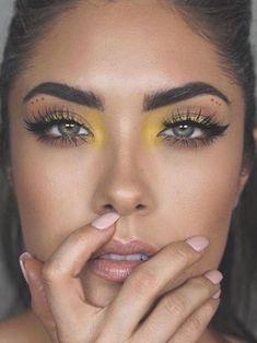 Yellow eyeshadow strobing