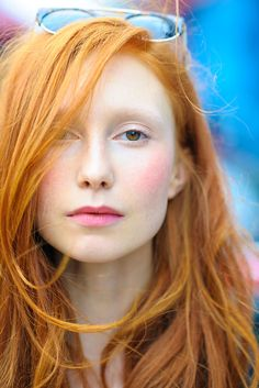 Welcher Rotton Ihnen wirklich steht, finden Sie nur im intensiven Gespräch mit dem Friseur Ihres Vertrauens heraus. Bei roten Haaren sollte man sich eingehend beraten lassen und bloß niemals zur Haartönung aus der Drogerie greifen.