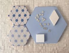 Argilla colorata in pasta nei toni dell'azzurro. Decoro a uncinetto in blu e light blue e geometrie in bianco su base small tetris B1. Piastrelle artigianali #DomenicoMori  Light blue past clay tiles. Motif uncinetto and white tiles over small tetris B1. Handmade #madeinItaly #MoriDomenico.