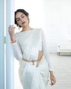 White Blouse Designs for White Sarees White Saree Wedding, Kerala Wedding Saree, Indian Bridal Lehenga, Indian Sarees, Marathi Wedding, Red Wedding, Bengali Saree, Gujarati Wedding, Kerala Saree