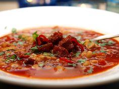 Her kommer en rask og smakfull suppe, som metter godt. Chorizo, Vegan Recipes, Vegan Food, Chili, Yum Yum, Soups, Veggie Food, Chile, Vegane Rezepte