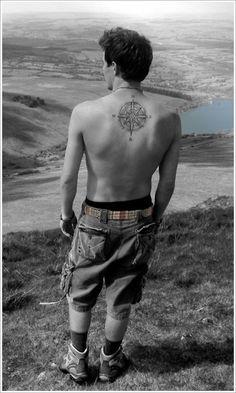 Tatouage homme boussole sur le dos https://tattoo.egrafla.fr/2016/01/14/modele-tatouage-boussole-rose-des-vents/