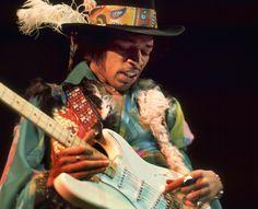 Jimi Hendrix. Johnny Allen Hendrix, nació en Seattle, USA un 27 de Noviembre del año 1942. Muere en Londres, Inglaterra el 18 de Septiembre del año 1970. Músico y cantautor. Es considerado uno de los mejores y más influyentes guitarristas de la historia de la música popular, y uno de los más importantes músicos del siglo XX. Para mi, el más creativo y mejor guitarrista que ha existido en este planeta.