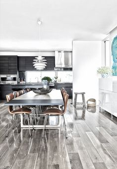 Stylish and modern dining area in extension of the kitchen. The dining table is from Cecilie Manz and it's surrounded by Arne Jacobsens 7 Chairs in a nice brown skin color.