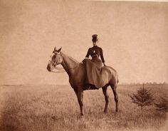 08. Императрица Мария Федоровна во время прогулки верхом на лошади