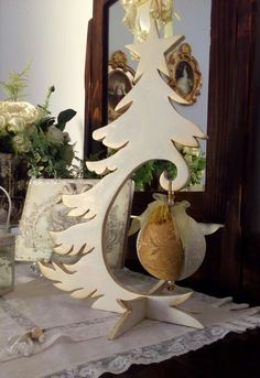 Albero di Natale in legno con tecnica di invecchiamento doratura con pallina in patchwork.