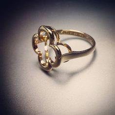 Złoty pierścionek z koniczynką prosto z naszej pracowni. Prosty, elegancki, efektowny. #goldsmith #jewelryaddict #accessories #special #fashionjewelry #bling #art #gold #ring #jewelry #custommade #playitsimple