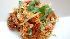 En sursøt thaisalat med knasende sprø grønnsaker og varm chilistekt kylling er perfekt for deg som ønsker noe lekkert, sunt og smaksrikt.