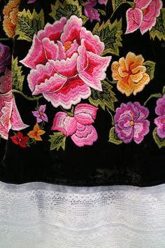 Bordado 60s. flores sobre terciopelo verde. Visítanos: www.shkaalacoleccion.etsy.com