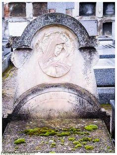 Arte funerario religioso Relieve de una Vírgen Dolorosa Lápida cubierta de musgo. Religious funeral art Relief of a Sorrowful Virgin Tombstone covered with moss