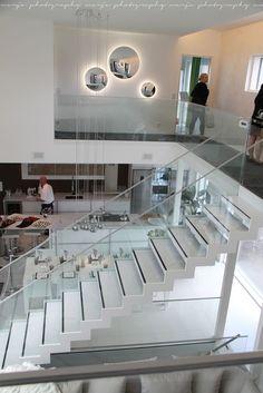 modern white open plan living with glass balustrades and gorgeous lighting - otoksia sieltä täältä (asuntomessuilta) - Vaaleanpunainen hirsitalo