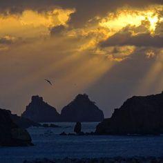 Aquele momento mágico que fica ainda mais especial com um toque divino entre as nuvens (e passeios de verdade no céu). Ao fundo os Dois Irmãos e mais na frente a Pedra do Peão que funciona como um sismógrafo natural na ilha.