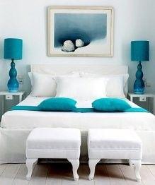 Dormitorio en blanco y turquesa.