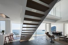 La casa intenta identificar cadauna de las particularidades de su magnífico paisaje y con su geometría acota unamultiplicidad de visiones diferenciadas y especificas, construyendo espacios contenidos degrandes vistas enmarcadas.