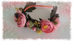 """Čelenka+""""Jitřenka""""+Čelenka+s+růžovými+květinkami,+poupaty+a+zelenými+listy.+Ozdoba+do+vlasů+je+vhodná+na+každý+den+i+slavnost+velikou.+Kovový+čelenkový+základ+v+oranžové+""""kabátku""""+není+téměř+vidět,+protože+kytičky+a+listy+pokrývají+čelenku+téměř+po+celé+délce.+Velikost+:+univerzální+Velikost+aplikace+:+cca+28+x+5+cm"""