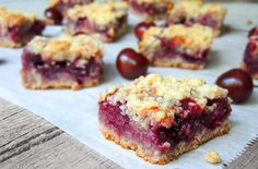 Cooking Creation: Cherry Crumble Bars--- use my namaste flour blend! Cherry Pie Bars, Cherry Crumble, Blueberry Crumble Bars, Köstliche Desserts, Delicious Desserts, Sweet Cherries, Brownie Bar, Vegan Recipes, Bar Recipes