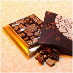 Nos chocolats assortis pur beurre de cacao, fabriqués artisanalement dans notre atelier sont proposés dans des ballotins pour la consommation personnelle, dans de petites boîtes toutes simples pour un petit prix, mais ils ont besoin également d'une présentation plus luxueuse pour ceux qui veulent faire un cadeau bon et beau à la fois.