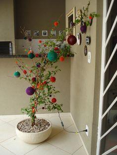 Árvore de natal com bolas de crochê