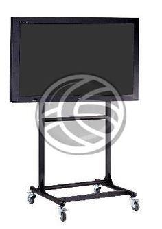 Soporte vertical tipo carrito con ruedas de la marca OUTSTANDING para TV de 56 a 70. Las fijaciones traseras de la pantalla deben definir un rectangulo de tamaño máximo 1159 x 804 mm. La estructura soporta un peso máximo de 100 Kg. La base de la peana dispone de 4 ruedas para transportar la TV de forma fácil. La altura de la TV es regulable. La inclinación del monitor sobre el plano vertical permite ser configurada de -10° a 5°. Fabricado en metal de alta resistencia lacado en color negro…