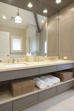 Me gusta el espejo del tamaño completo, los dos lavabos en una sola pieza... Los espacios de abajo para poner canastos y toallas. Cajones?