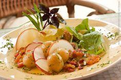 Dolce Villa (jantar)    Salada agridoce  Preparada com baby batatas, maçãs, uvas-passas,  finas fatias de pepinos marinados, folhas frescas,  temperos especiais e um toque de cubinhos de bacon