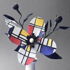 I can't believe it's been over two years since I posted this Mondrian arrangement for my #modernartpaperflowers series! Time flies! 😱 Which artist do you think I should do next? Here's my short list: O'Keefe, Rousseau, Rothko, Basquiat, and Magritte 🎨 Check out the hashtag to see the modern art paper flowers I've done so far and let me know what you think 😊 No puedo creer que fue hace más de dos años que subí este arreglo inspirado en Mondrian para mi serie de flores de papel de arte…