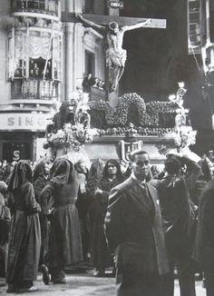 La entrada de los Reyes Católicos y el nombramiento de Pedro de Toledo como obispo de Málaga pusieron la primera piedra de la futura Semana Santa de Málaga, que más de 500 años después sigue muy presente en la vida de los malagueños, aunque ha evolucionado su puesta en escena