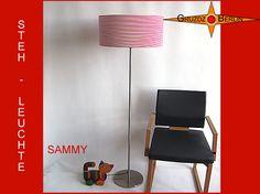 Hier ist unsere beliebte Leuchte SAMMY als Stehleuchte h 155 cm, geringelt rot. Hell-Rot/ weiß lenkt der schmale Streifen den Blick auf sich und verbreitet Optimismus. Bei ihrer Betrachtung kann man den Blick nicht so schnell abwenden. Dadurch regt uns Sammy zum intensiven Nachdenken an. Diese Gedanken sind natürlich bei jedem von uns unterschiedlich.... .
