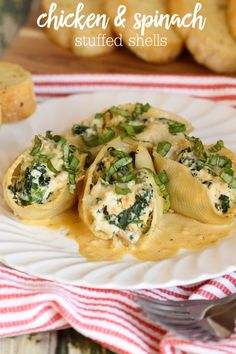 Delicious Pasta Shells stuffed with Chicken & Spinach with an amazing homemade Alfredo sauce to go with it! Recipe on { lilluna.com }