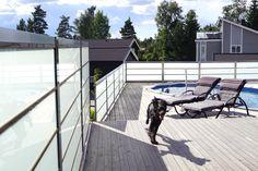 Glassrekkverk.. Design Sonate som rekkverk og levegg. Frostet glass, Termo Ask lister og rustfritt stål.  Photo YM - Ylva Meltvedt www.forefence.com