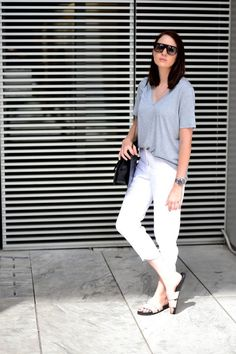 The Athleisure pattern has made it acceptable to wear sneakers to nearly any occasion or event (well, possibly except for truly formal events or organisation conferences that is). There are a lot of tennis shoes and brand names to pick from. Casual Chic, Casual Wear, Casual Outfits, Summer Outfits, Minimal Chic, Minimal Fashion, Minimal Classic, School Looks, Fashion Vestidos